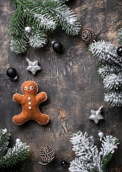 Hombre de pan de jengibre de navidad hecho por fieltro