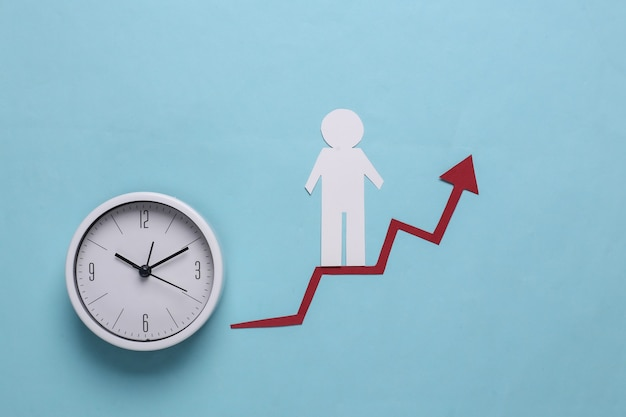 Hombre de papel en calculadora y flecha de crecimiento. azul. símbolo de éxito económico y social