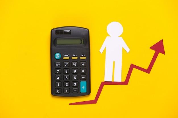 Hombre de papel en calculadora y flecha de crecimiento.