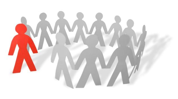 Hombre de papel sobresaliendo del círculo de personas
