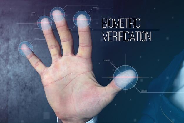 Hombre pasando identificación biométrica con escáner de huellas digitales