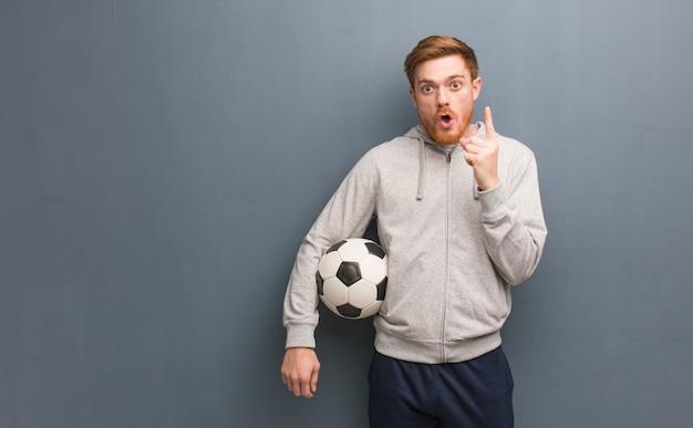 Hombre pelirrojo joven fitness tener una gran idea