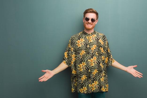 Hombre pelirrojo joven con ropa de verano exótico invitando a venir