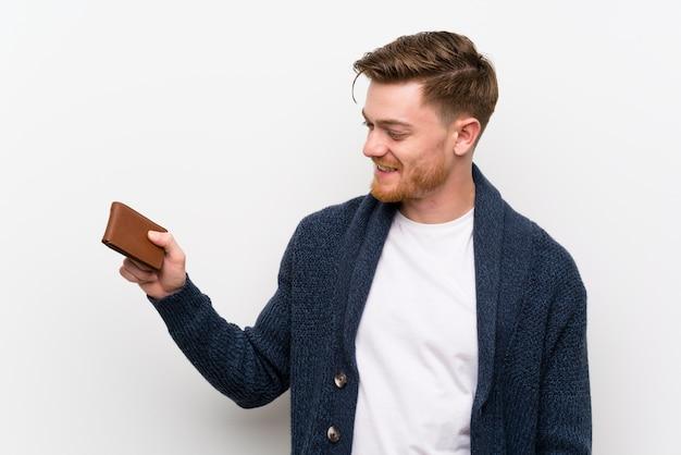 Hombre pelirrojo sosteniendo una billetera