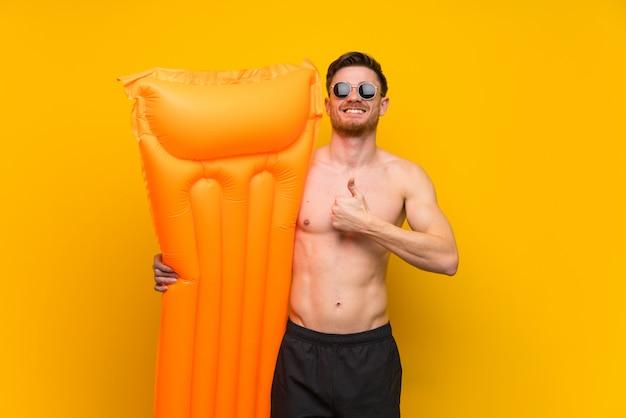 Hombre pelirrojo en vacaciones de verano dando un pulgar arriba gesto