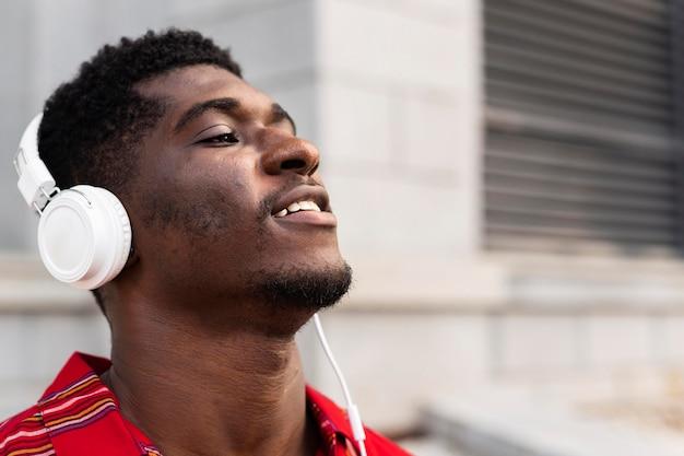 Hombre con pelo corto escuchando música
