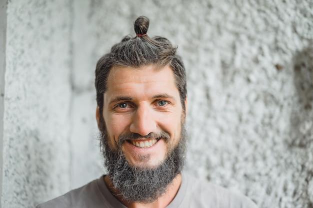 Hombre de pelo gris