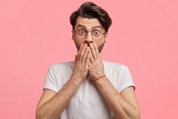 Hombre de pelo oscuro con gafas redondas