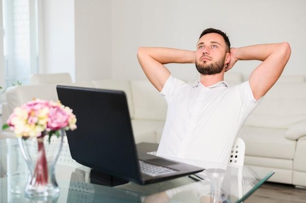 Hombre pensador con las manos levantadas después de la cabeza