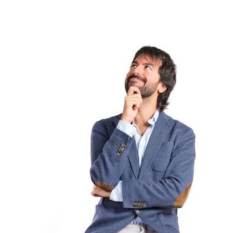 Hombre pensando sobre fondo blanco aislado