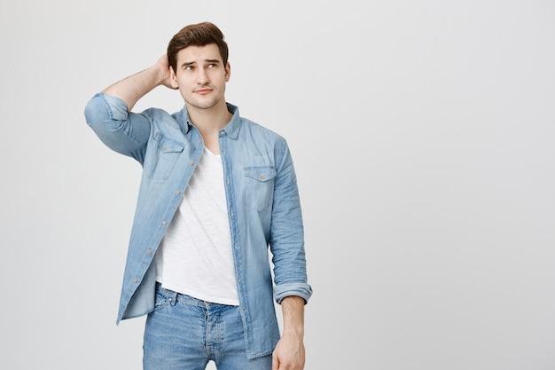Hombre pensativo indeciso rascarse la parte posterior de la cabeza inseguro