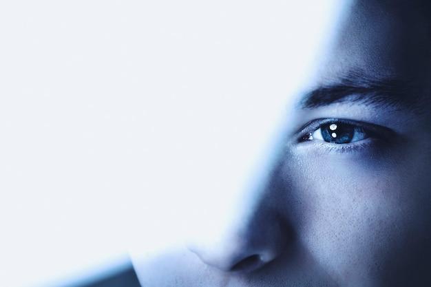 Hombre pensativo mirando a través de la visión empresarial de fondo de cristal
