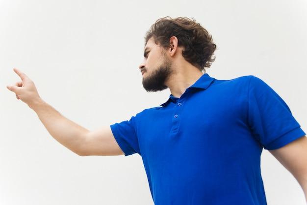 Hombre pensativo presionando el botón imaginario