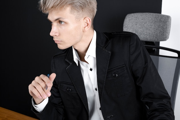 Hombre pensativo sentado en la mesa pensando en la solución del problema, empleado masculino reflexivo reflexionando sobre la idea, mirando a otro lado, tomando una decisión