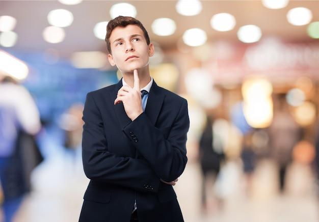Hombre pensativo con traje