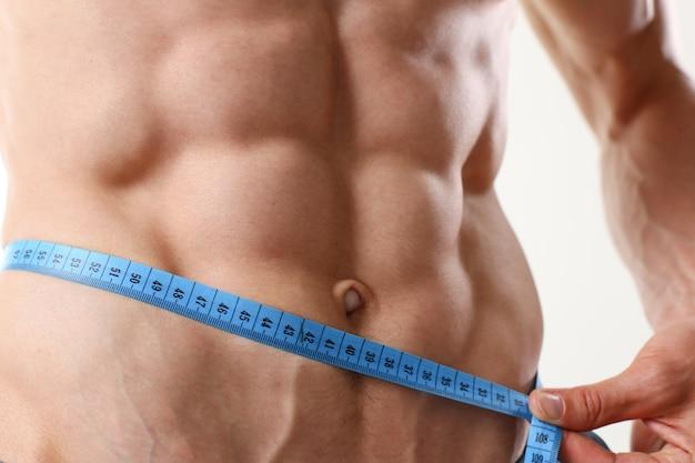 El hombre perdió peso gracias a una dieta.