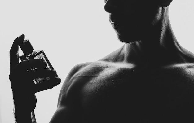 Hombre con perfume en blanco y negro
