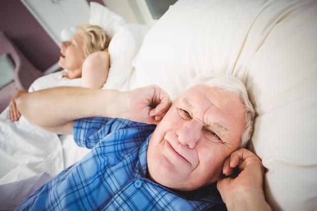 Hombre perturbado porque su esposa está roncando