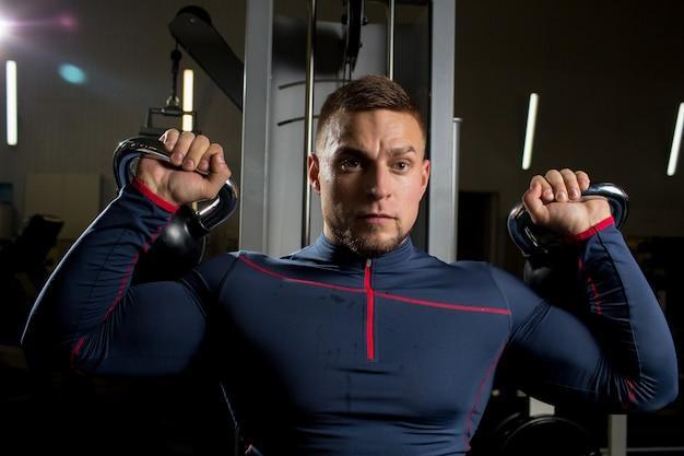 Hombre con pesas rusas