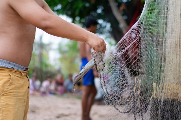 Hombre pescador con red de pesca