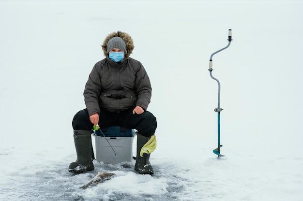 Hombre pescando con equipo especial.