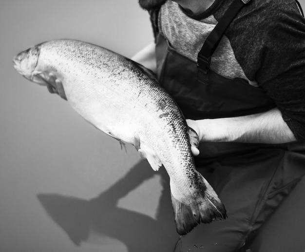 El hombre pescó salmón pescado