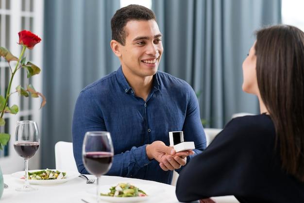 Hombre pidiéndole a su novia que se case con él el día de san valentín