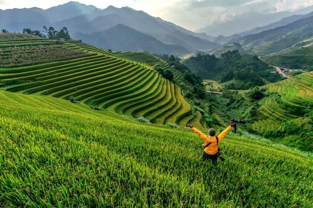 Hombre de pie ver terrazas de arroz