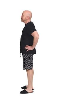 Hombre en pijama pantalón corto sobre fondo blanco.
