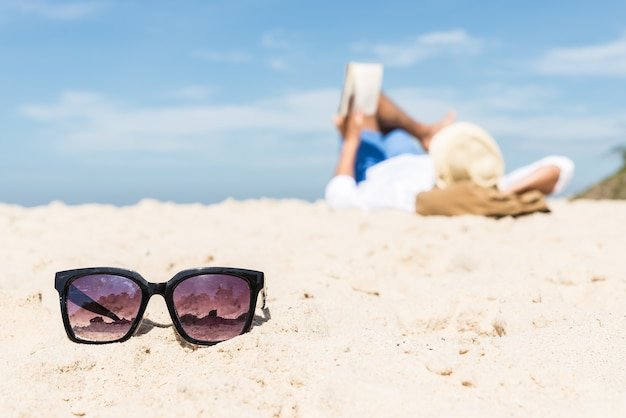 El hombre en la playa del mar, relex. concepto de viaje