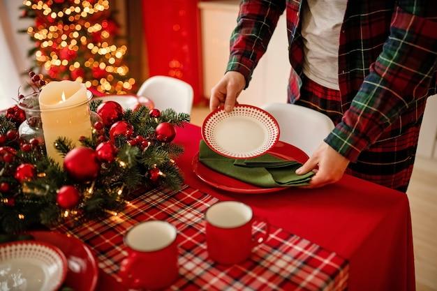 El hombre pone una hermosa mesa de invierno decorada