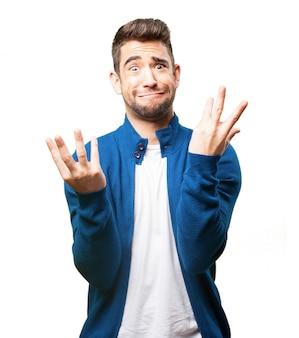 Hombre poniendo una cara extraña con las manos levantadas