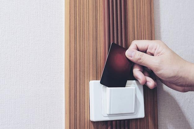 Hombre, poniendo, llave llave, interruptor, en, habitación de hotel