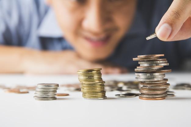 Hombre poniendo monedas en la pila