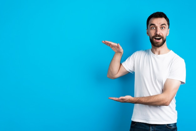 Hombre posando mientras explica el tamaño