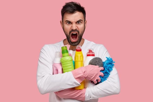 Hombre posando con productos de limpieza