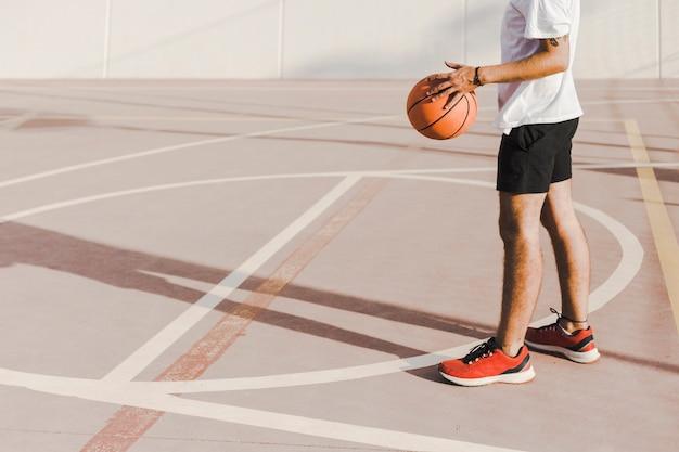 Hombre, posición, en, tribunal, tenencia, baloncesto
