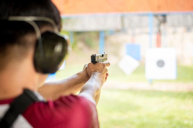 Un hombre practica disparar arma.