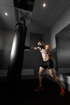 Hombre practicando boxeo