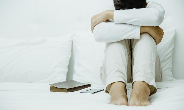 Hombre preocupado en concepto de dormitorio, insomnio y depresión.