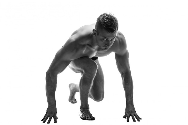 Hombre preparando para correr. silueta. aislar en blanco. foto en blanco y negro