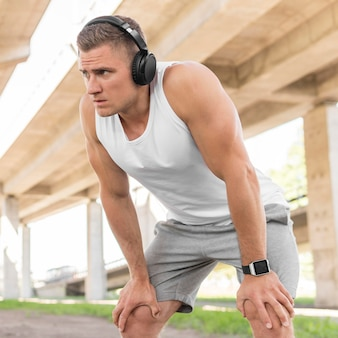Hombre preparándose para entrenar afuera