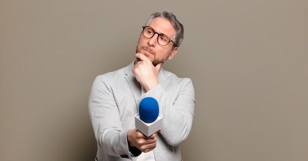 Hombre presentador de mediana edad