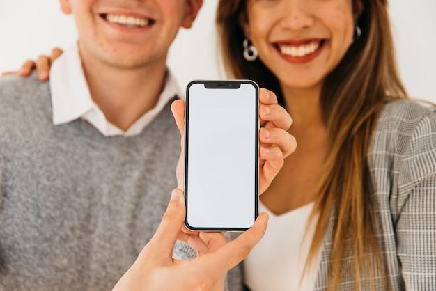 Hombre presentando nuevo telefono