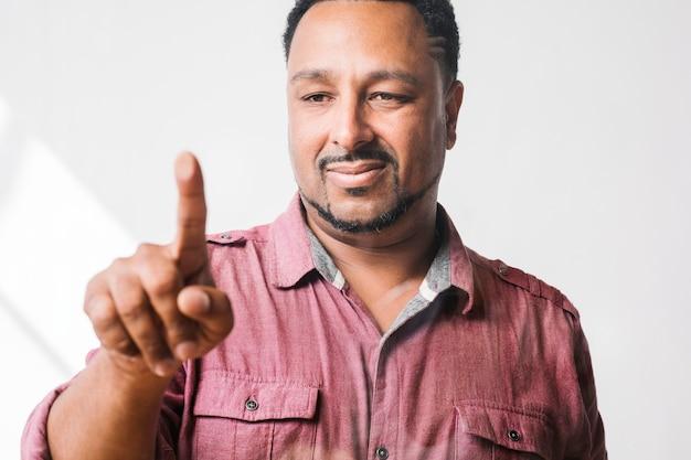 Hombre presionando su dedo a una pantalla