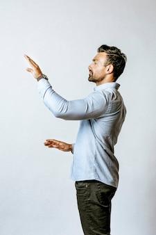 Hombre presionando su palma a una pantalla