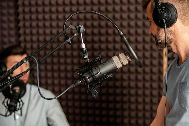 Hombre de primer plano hablando en el micrófono