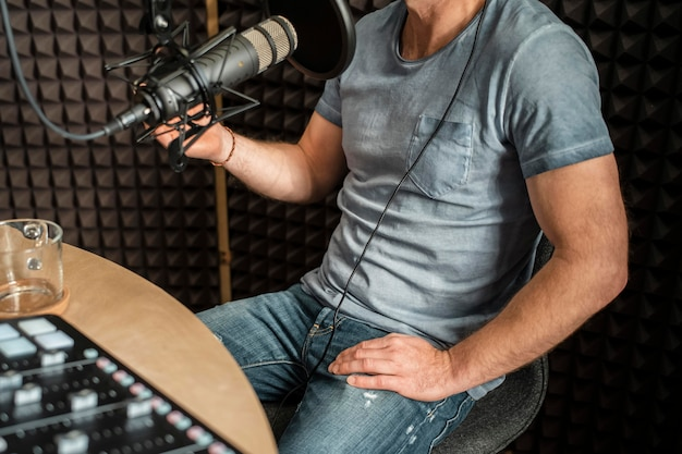 Hombre de primer plano hablando en la radio