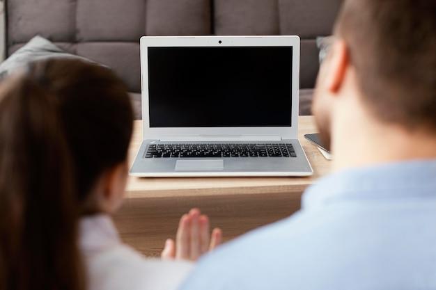 Hombre de primer plano y niño con laptop
