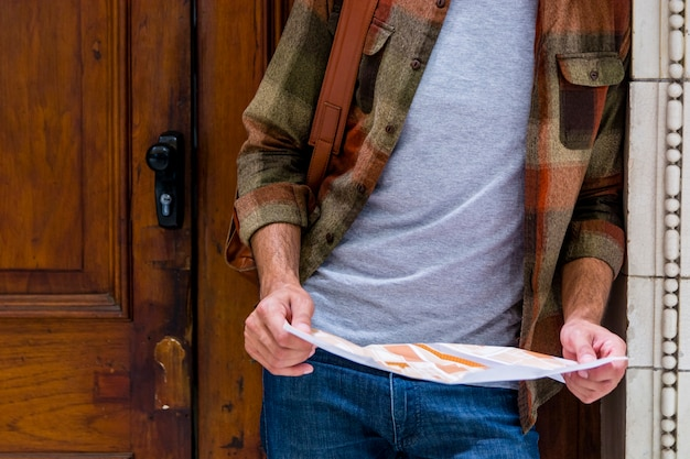 Hombre de primer plano orientado con ayuda de mapa
